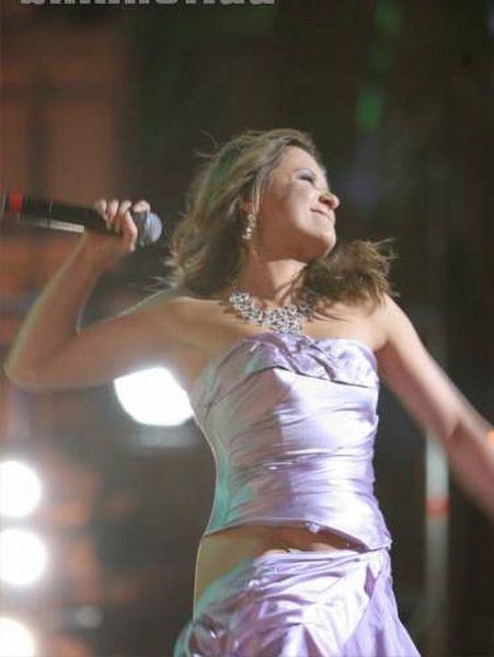 Наталья Могилевская на сцене светит попой