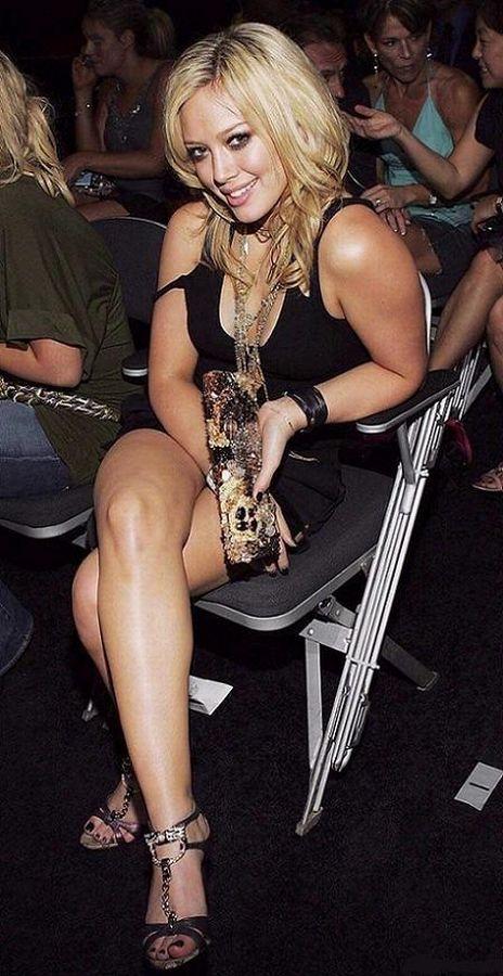 Хилари Дафф в коротком черном платье