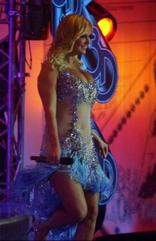 Аня Семенович в прозрачном платье