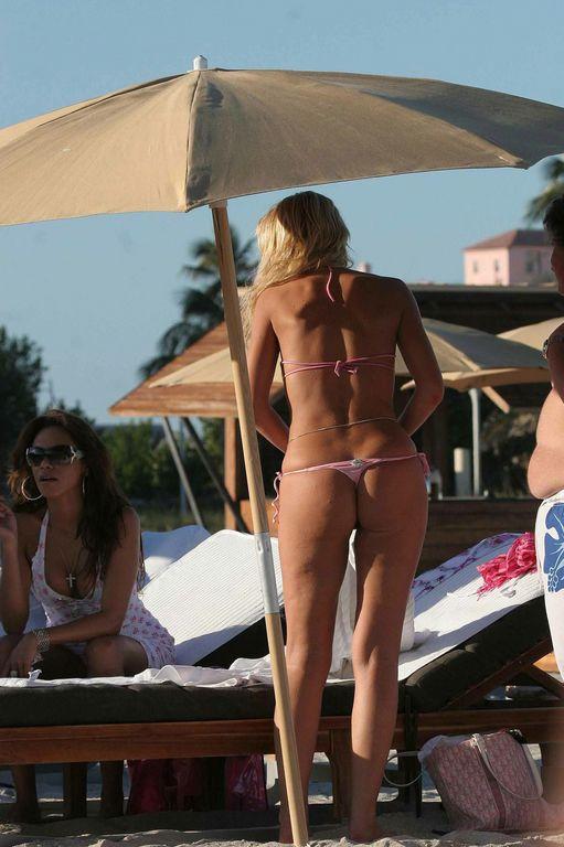Валерия Марини на пляже в бикини