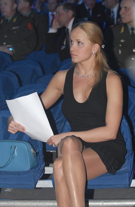 Анастасия Ермакова сидит в коротком платье