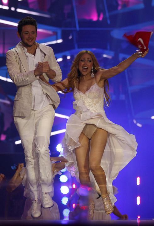 """Победительница """"Евровидения-2011"""" сверкнула трусиками под юбкой в прямом эфире"""